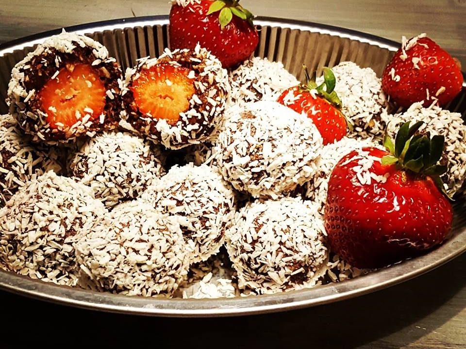 chokladbollar med jordgubbsgömma
